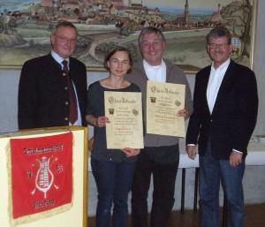 Verdiente Musikanten; v.l.: Tambourmajor Norbert Hörl, Irmgard Pausch (25 Jahre), Wolfram Eschenbach (50 Jahre), stv. Vorsitzender Franz Rauch