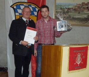 Ehrung für 30-jährige Tätigkeit als Tambourmajor: der geehrte Norbert Hörl, Bezirksstabsführer Andreas Klinger