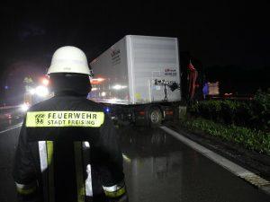 A92 – LKW gegen Mittelleitplanke