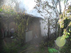 Brennende Gartenhütte in Schrebergarten