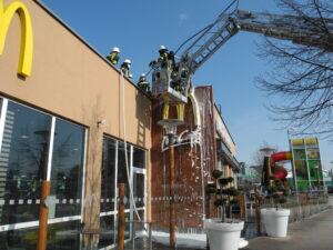 Fassadenbrand bei Fast Food Restaurant